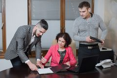 Bizneswoman i jego asystent sekretarki w jego biurze Sekretarki przynosili szefów dokumenty znak obraz stock