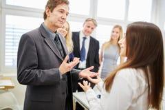 Bizneswoman i konsultant zespalamy się w ordynacyjnym spotkaniu zdjęcia stock