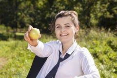Bizneswoman je jabłka Zdjęcie Stock
