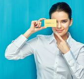 Bizneswoman jest ubranym białego koszulowego mienia kredytową kartę i pointi Obraz Stock