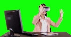 Bizneswoman jest ubranym rzeczywistość wirtualna szkła zbiory