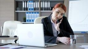 Bizneswoman komes przy jej biurkiem bierze jej telefon zaczyna pisać na maszynie i opowiadać zbiory wideo