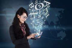Bizneswoman komunikuje z touchpad na błękitnym tle ilustracji