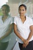 Bizneswoman Kontempluje Podczas gdy Opierający Na szkle obrazy stock