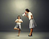 Bizneswoman krzyczy przy małą joga kobietą Zdjęcia Royalty Free