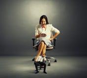 Bizneswoman krzyczy przy zmęczonym małym biznesmenem Obrazy Royalty Free