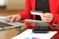 Bizneswoman kupuje online z kredytową kartą Zdjęcia Royalty Free