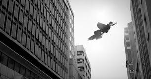 Bizneswoman lata nad surrealistycznymi miasto budynkami perspektywicznymi ilustracja wektor