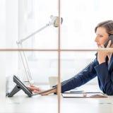 Bizneswoman lub asystent osobisty na wezwaniu zdjęcie stock