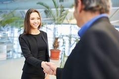 Bizneswoman mówi kolega z uściskiem dłoni do widzenia obrazy stock