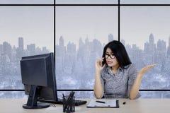 Bizneswoman mówi na smartphone Fotografia Royalty Free