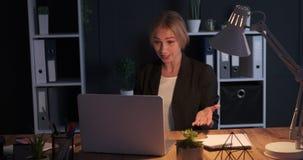 Bizneswoman ma nocnego wideo wezwanie przy biurem zbiory