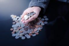 Bizneswoman ma ręki monety pełno Zdjęcie Stock