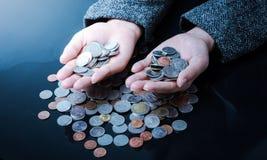 Bizneswoman ma ręki monety pełno Obraz Stock