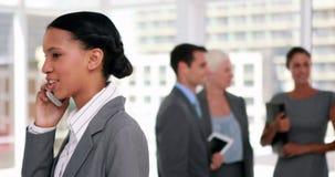 Bizneswoman ma rozmowę telefonicza z kolegą w tle zbiory