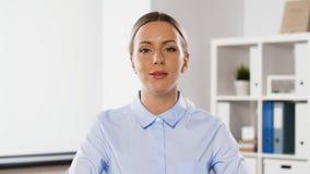 Bizneswoman ma wideokonferencję przy biurem zbiory wideo