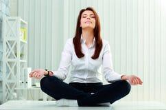 Bizneswoman medytuje na stole Obraz Stock