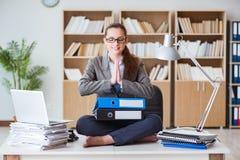 Bizneswoman medytuje w biurze obraz royalty free