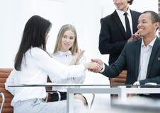 Bizneswoman, multiracial partnery trząść ręki, pieczęciowa przymknięcie transakcja z zadowolonym klientem fotografia royalty free