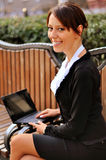 Bizneswoman na ławce przy ulicą Obrazy Stock