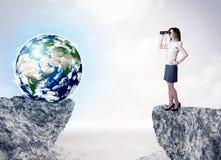 Bizneswoman na rockowej górze z kulą ziemską Obrazy Royalty Free