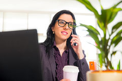 Bizneswoman na telefonie w jej biurze Obrazy Stock