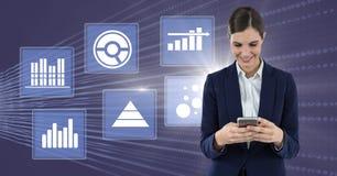 Bizneswoman na telefonie z biznesowej mapy statystyki ikonami Fotografia Royalty Free