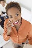 Bizneswoman na telefonu komórkowego indoors portreta wysokiego kąta widoku Obraz Royalty Free