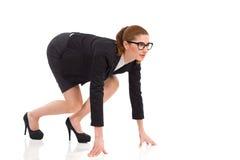Bizneswoman na wszystkie fours na zaczyna linii. obrazy stock