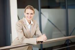Bizneswoman na zewnątrz biura Zdjęcie Royalty Free