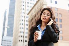 Bizneswoman Na zewnątrz biura Na telefonie komórkowym Obraz Royalty Free