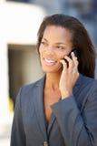 Bizneswoman Na zewnątrz biura Na telefonie komórkowym Obraz Stock