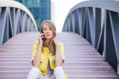 Bizneswoman Na zewnątrz biura Na telefonie komórkowym Obrazy Stock