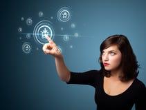 Bizneswoman naciska wirtualną promocję i wysyła typ ic Obrazy Royalty Free