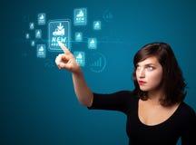Bizneswoman naciska wirtualną promocję i wysyła typ ic Zdjęcie Royalty Free