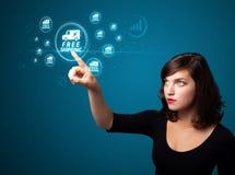 Bizneswoman naciska wirtualną promocję i wysyła typ ic obraz royalty free