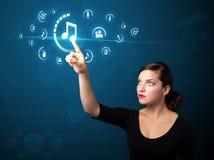 Bizneswoman naciska wirtualnego medialnego typ guziki obraz stock