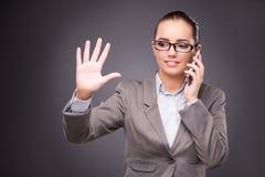 Bizneswoman naciska wirtualnych guziki w biznesowym pojęciu Obrazy Stock