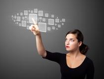 Bizneswoman naciska zaawansowany technicznie typ nowożytni guziki Zdjęcia Royalty Free
