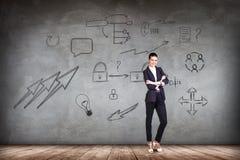 Bizneswoman nad ścianą z ikony tłem Obraz Stock