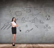 Bizneswoman nad ścianą z ikony tłem Fotografia Royalty Free