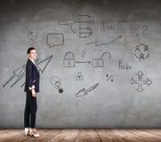 Bizneswoman nad ścianą z ikony tłem Zdjęcie Stock