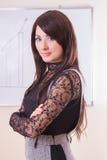 Bizneswoman nad białej deski rękami składać obrazy stock