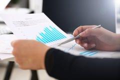 Bizneswoman nauki dokumenty w biurowym zbli?eniu fotografia stock