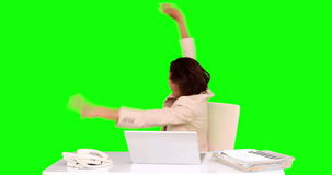 Bizneswoman odświętność przy jej biurkiem zdjęcie wideo