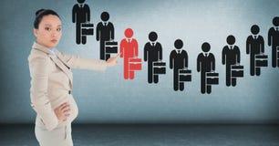 Bizneswoman oddziała wzajemnie osoby i wybiera od grup ludzi ikon Fotografia Royalty Free