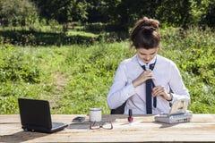 Bizneswoman ono zmaga się z krawatem Zdjęcia Stock