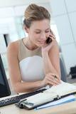 Bizneswoman opowiada na telefonie Obraz Stock