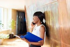 Bizneswoman opowiada na telefonie Zdjęcie Royalty Free
