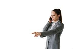 Bizneswoman opowiada na telefonie i daje kierunkom Obraz Stock